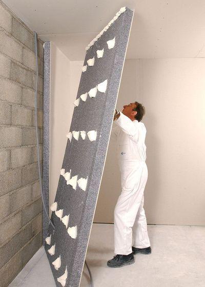 """1. Rapide à installer. À coller sur un mur lisse, ce doublage associe un isolant en polystyrène expansé (ép. de 8 à 18 cm) à une plaque de plâtre. Idéal pour parois verticales et murs pignons. """"Placomur Maison"""", R** jusqu'à 4,9, Placo."""