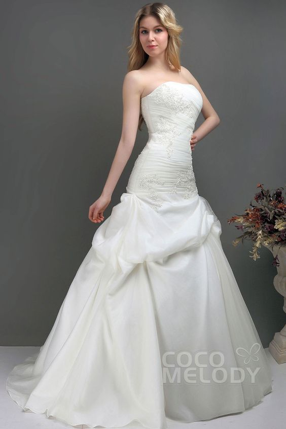 Trendy Strapless Train Tulle Wedding Dress with Appliques CWLT130E1cocomelody#weddingdress#bridal#gowns#