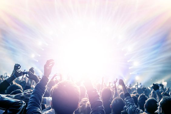 """""""MUSIK - MEHR GEHT NICHT""""  Es gibt genügend Gründe Musik zu mögen, Musik zu lieben Musik zu leben, Musik zum Leben zu brauchen.  Der eine, der alles entscheidende Grund, der Ursprung, der Auslöser, der Anfang von allem - den legt ein jeder von uns selbst. Oder wird sanft darauf gestoßen. Zumeist unterstützt von pubertären Erlebnissen ganz gleich welcher Art -  alles ist wichtig, wenn Du 14 bist! .....  >>> ALLES LESEN…"""