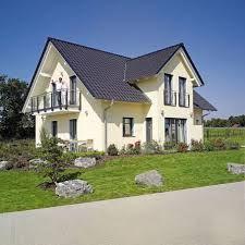 Ein helles gelb an der fassade haus fassade haus for Einfamilienhaus klassisch
