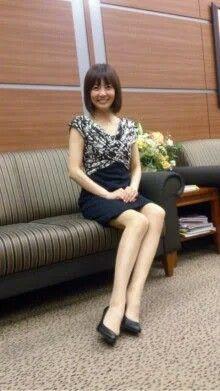 ベンチに座る小林麻耶