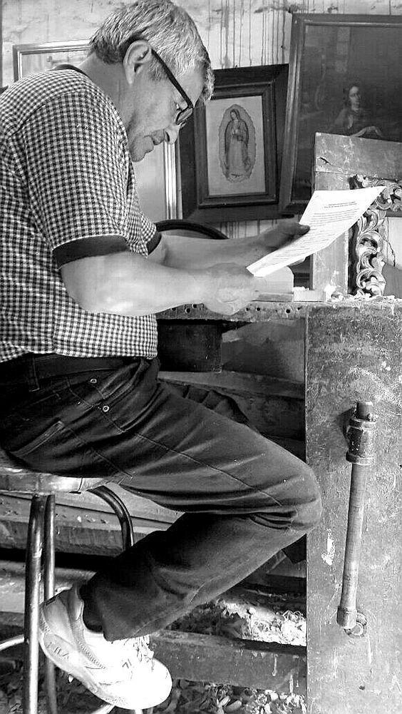 Personajes de La Candelaria. #Carpintería #Bogotá #EncontrasteLaCandelaria #BlancoYNegro Visita: www.encontrastelacandelaria.com  Fotografía tomada por: Lina Galvis Puerto
