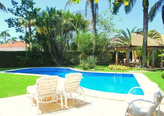 O terreno de 2.000 m² conta com um projeto de paisagismo deslumbrante, digno de um resort cinco estrelas. Pedra mineira e uma área gramada circundam toda a piscina e oferecem boa área para bronzeamento.