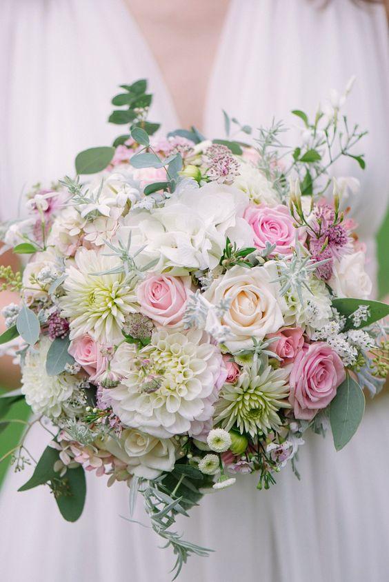 Brautstrauß aus zarten Pastelltönen mit Dahlien und Rosen - Foto: Marie Bleyer   Hochzeitsblog - The Little Wedding Corner