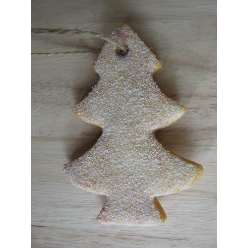 Uitsteker van een kerstboom, brooddeeg, draad en namaaksneeuw