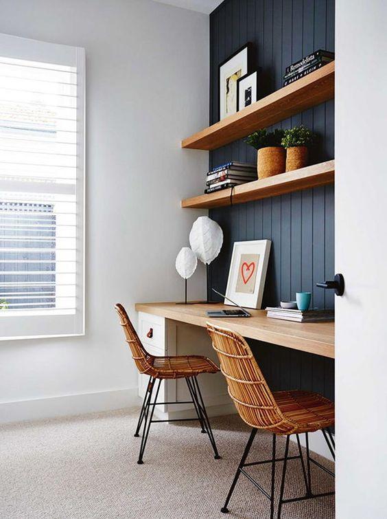 Un mur lambrissé bleu et une paire de chaises en rotin rehaussent le look de ce coin bureau minuscule. Voyez 20+ autres astuces futées pour aménager un coin bureau stylé dans un petit espace.
