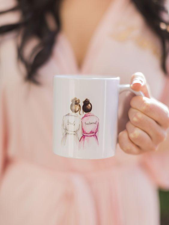 Noivinhas, essa ideia é linda e amorosa. Se eu fosse madrinha, adoraria receber uma canequinha assim do ladinho da noiva Gostam?