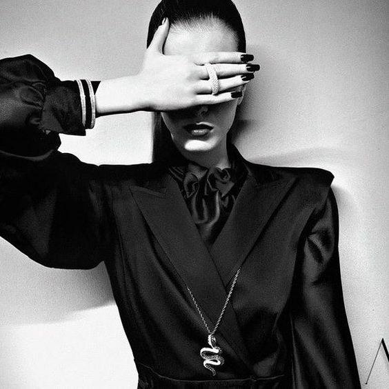 """Sonbahar kış sezonunun parolasını aklınıza kazıyın: """"Siyah, yine siyah."""" Yani siyahsız yapamayacağız. Siyahın hem zıttı, hem de en yakın arkadaşı beyaz ise dikkat çekici tasarımlarda kendisini gösterecek. NURAYDIN  #moda #fashion #newdesigner #collection #clothing #model #style #lifestyle #headdesigners #instafashion #fashionstyle #fashiondesign #fashiongirl #nuraydin #instadaily #dailyfashion #berteks #blogger #fashionblogger #elbise #tasarım"""