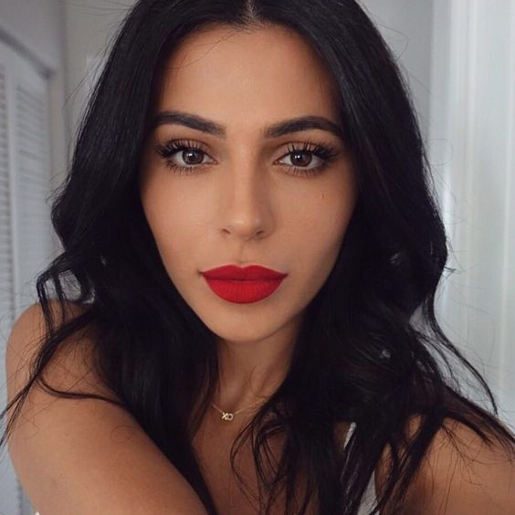 A killer combo. Bombshell YouTube beauty guru Teni Panosian wears the new Maybelline Spider mascara. The uniquely designed brush creates perfectly sculpted eyelashes for the celeb inspired lash look. It's just right for an evening party or date night when you want a bold but simple makeup look. Wear with a gorgeous red lip, like Teni does here, and all eyes will be on you.: