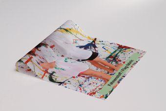 www.werbebanner24.de  Fahnenstoff  Fahnenstoff Polyester wird am häufigsten für die Produktion von Hissfahnen verwendet. Das Material kommt aber auch sehr oft als Banner zum Einsatz. Das Material ist sehr leicht, luftdurchlässig und kann problemlos gefaltet werden.    Banner aus Fahnenstoff können in jeder beliebigen Größe produziert werden. Je nach Größe und Konfektion werden größere Fahnen aus mehreren Teilen gefertigt, die zusammengenäht werden.