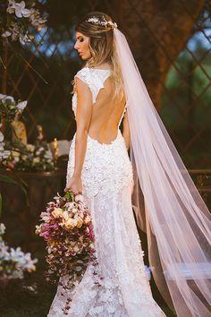 Vestido de noiva de renda com aplicações de flores 3D e decote nas costas - casamento no campo ( Vestido: Cymbelline para Casamarela Noivas | Foto:Rafael Belo ):
