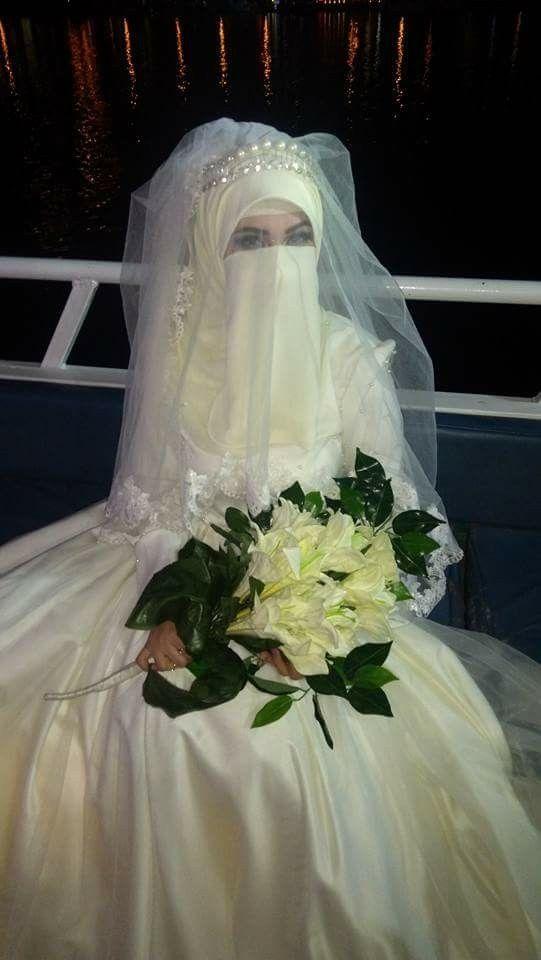 باقة ورد و فستان ابيض Muslimah Wedding Dress Muslim Brides Muslim Bride