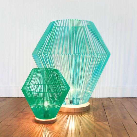 """Présentée sur NOW ! le off, """"Shining"""" est une lampe à poser imaginée par la designer Elsa Randé. Composée d'un socle de chêne massif, le luminaire est surmonté d'une structure métallique et tressée de fils de scoubidous."""