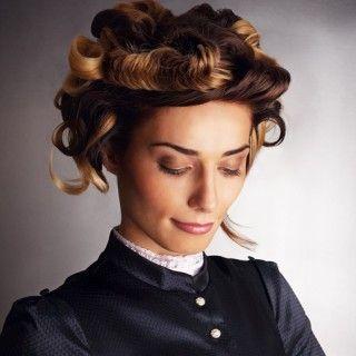 Beeindruckende Wiesn Frisur: Für dieses Kunstwerk die Haare zur Vorbereitung in Locken legen und mit einer kleinen Klammer am Ansatz befestigen. Am Vorderkopf eine ovale Partie abteilen, als...