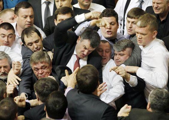 Parlamentari dell'opposizione contro esponenti della maggioranza si affrontano nell'aula parlamentare di Kiev. I deputati del partito d'opposizione nazionalista Svoboda e del partito al potere si sono scontrati sulla lingua da usare in aula. Tutto è cominciato quando Olexandr Efremov, un diri