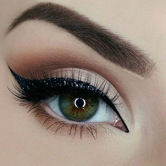 «Hey Dolls   This is my first christmas look from our Advent calendar. I decided to go for a more classic one and did this Glitter Liner for you. I…»
