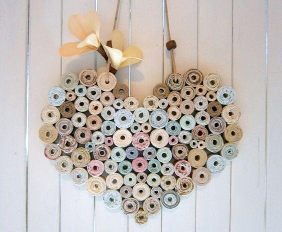 Crear un poco de fantasía con estos reciclado y ecológico corazones hechos de tiras de papel de peso medio reciclado. Tan sencillo y encantador; perfecto colgado de un mando de gancho o gabinete de estante.  Aproximado tamaño: 7 de ancho x 6 de alto (no incluyendo el cable) Corazones están empaquetados en algodón reciclada / bolsos de lazo de muselina.  Cada corazón está hecha de retazos reciclados y restos de papel de una variedad de fuentes, dándoles una combinación única de colores…