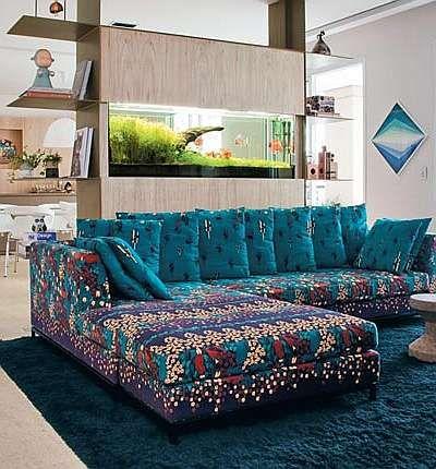 Projeto da arquiteta Rachel Rodrigues destaca o sofá estampado (Eduardo de Almeida/RA Studio):