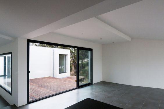Vue intérieure depuis la cuisine : Maisons minimalistes par Frédéric Saint-cricq Architecte