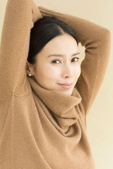 中谷美紀セーターを着て両手を挙げる美しい画像