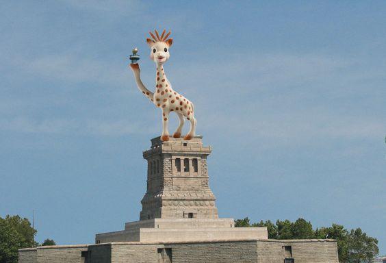 photo drole de sophie la girafe à New York - statue de la liberté