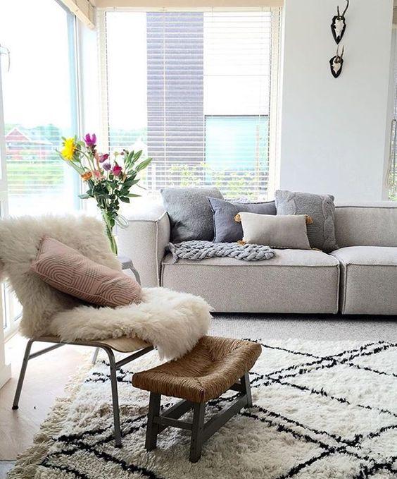 Esse sofá tem cara de conforto 👌🏼✨ .  .  #interiordesign #instadecor #interiordecoration #inspo #interiores #architecture #home #arquitetura #design  #instagood #decoration #reforma #decorar #vintage #vintagedecor #parededetijolinho #sala #pendente #cobre #tapete #poltrona #salaapto161