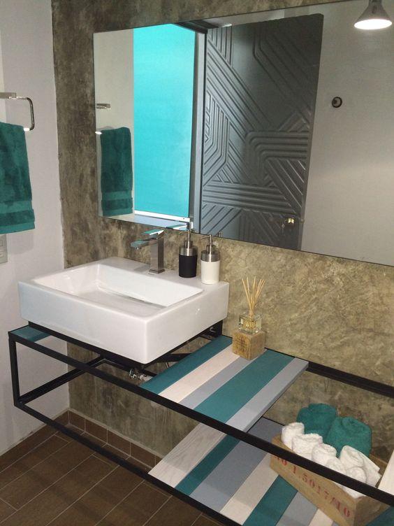 Baño de oficinas. Detalle de la puerta del baño. Lavamanos en perfiles de herrería con maderas intercambiables.