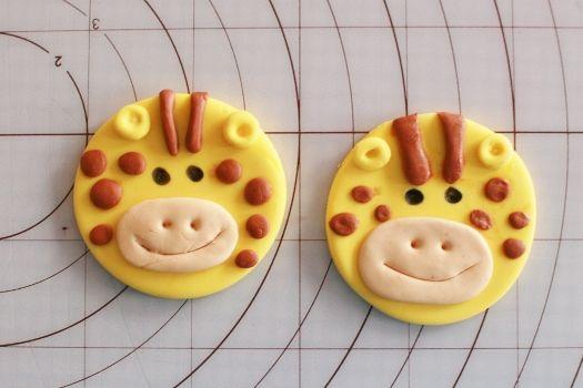 How to make Giraffe cupcake toppers • CakeJournal.com