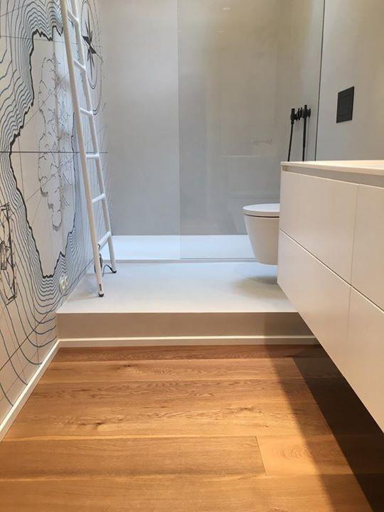 Ein Zusammenspiel Aus Holz Tapete Und Unseren Fugenlosen Wand Und Bodenspachteln Der Hammer Wie Wir Badezimmer Holzboden Badezimmer Holz Badezimmer Tapete