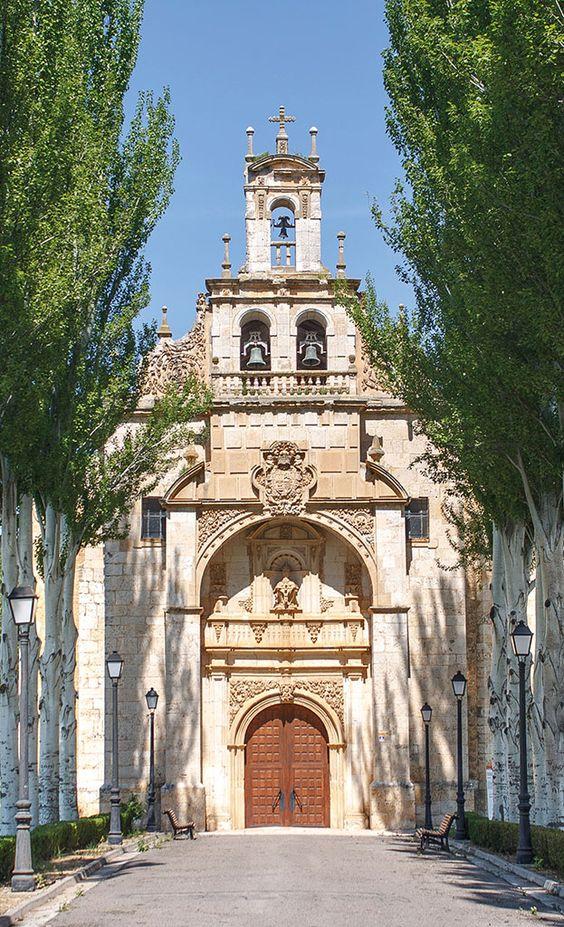 Ermita de la Santísima Trinidad. El dinamismo, la integración unitaria de las diferentes artes y el naturalismo de su rico y variado repertorio decorativo, son características del barroco que se pueden observar en esta ermita.