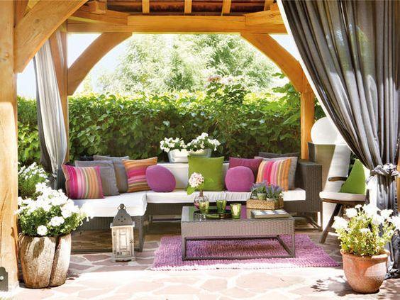 Garten Sichtschutz holz pergola kissen laternen heckenpflanzen