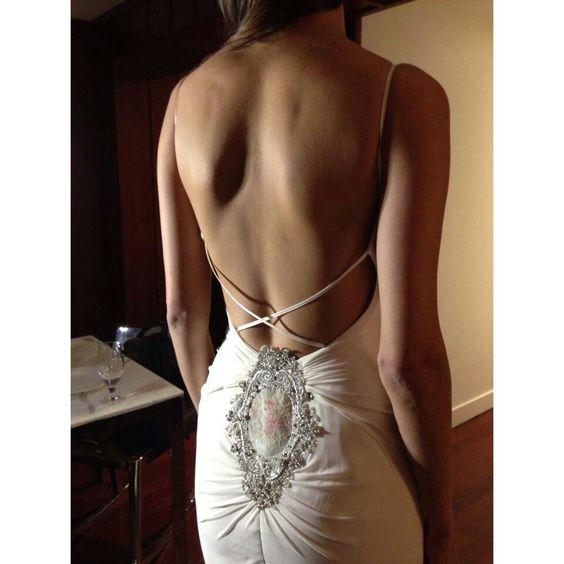 Está jorobada la modelo pero el vestido es lindo