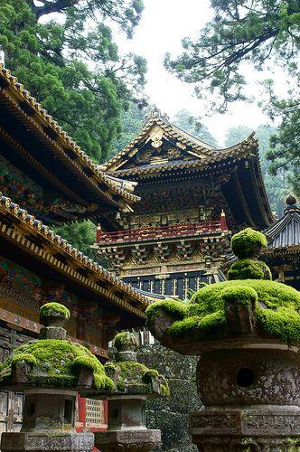 Nikko Toshogu-светилище ... единственият храм в Япония, че отвън е декорирана в злато.  Удивителна изкуството навсякъде !!  и красива природа и заобикалящата го природа .: