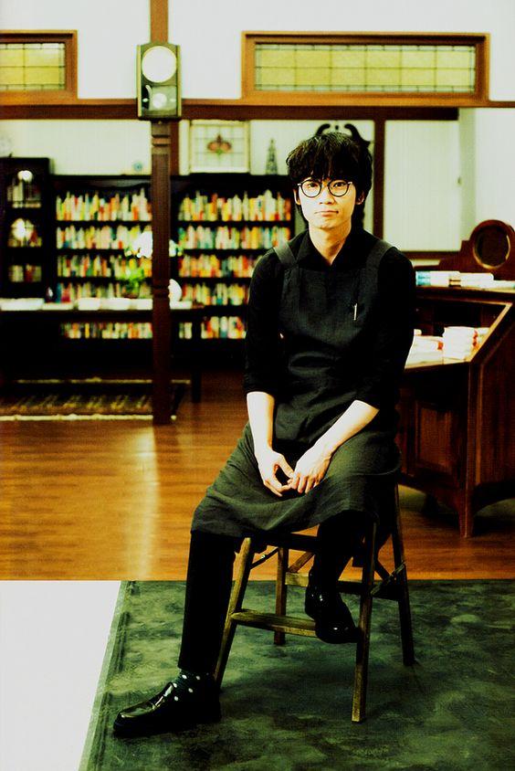 カフェの店員さんの綾野剛