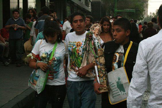 Sanjuderos en el centro de la Ciudad de México, caminando con imágenes, camisetas y escapularios de San Judas Tadeo