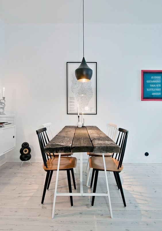 moderne Gestaltung der kleinen Wohnung mit Tisch für vier Personen