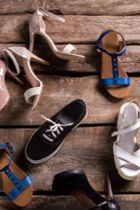 Must-haves  Auf dem Boden der Tatsachen braucht man vor allem eins: gutes Schuhwerk. Dass da ein bis fünf Paare nicht ausreichend sind, erklärt sich von selbst. Doch welche Schuhe muss man einfach im Schrank haben? Ohne welches Paar geht gar nichts? Welches sind die Must-haves und welche die Gelegenheitstreter mit Liebe zum Detail? Denn wer nicht unbedingt sammeln möchte, dem kann eine gewisse Ordnung im Schuhschrank helfen. Vom Lederschuh über die Camouflage-Sandalette mit Plateausohle bis hin