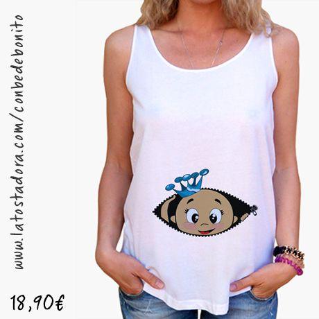 https://www.latostadora.com/conbedebonito/camiseta_cucu_bebe_asomando_corona_azul_tirantes_anchos_38_loose_fit_blanca/1421544
