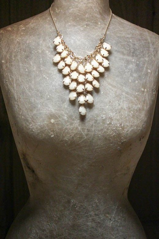 O branco está em destaque, e colar Deluxe traz a sutileza dessa cor para enriquecer o look noite de verão.