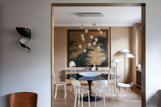 Sistema solar - AD España, © Giorgio Baroni En el comedor, sillas Family Chair de la artista contemporánea Junya Ishigami con mesa Tulip de Eero Saarinen y lámpara de Bocci.