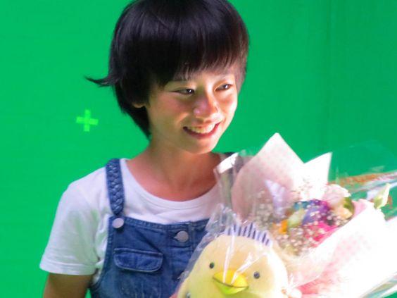 花束を持つ柴田杏花
