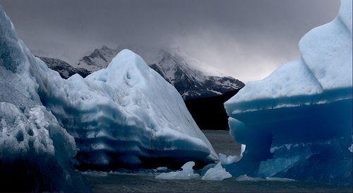 Floe and mountains http://101lugaresincreibles.com/2015/01/35-fotos-que-confirman-que-la-patagonia-austral-se-parece-los-paisajes-de-la-era-del-hielo.html