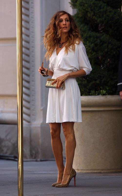 PELÍCULA 2 - Vestido de  Halston Heritage - Zapatos Loubutin - Cartera de Chanel