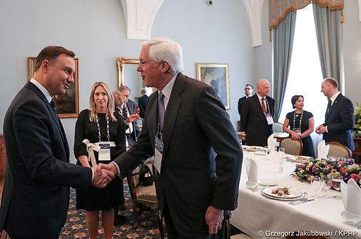 ...Czy musiał zastawiać się w tym liście obecnością wojsk amerykańskich w Polsce? Fotografować ze zaproszonymi do Pałacu Namiestnikowskiego przy wiele mówiącej fladze NATO i jednym śledziu po żydosku na talerzu? De gustibus... nie gestykuluje się przy jedzeniu; może dla takiego to smaczne? http://sowa.quicksnake.cz/ARCIBISKUP-OLOMOUCKY/DOCTOR-DIABOLICUS-PDO464-FO-von-Stefan-Kosiewski-ZECh-Studia-Slavica-et-Khazarica-ZR-Szamanka-konwentowa-CANTO-DXVII-abp-JOZEF-KUPNY: