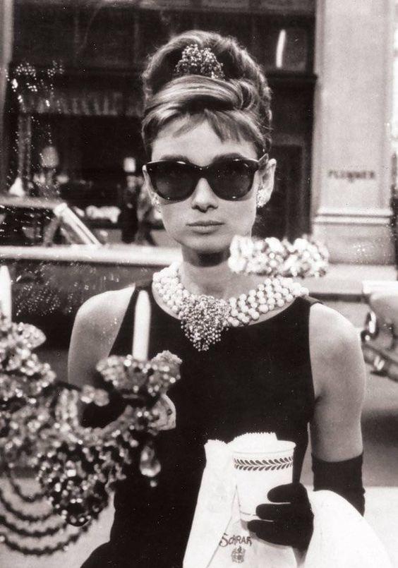 Famosa escena de Audrey Hepburn en la película Desayuno con Diamantes (1961) |Foto: Pinterest.