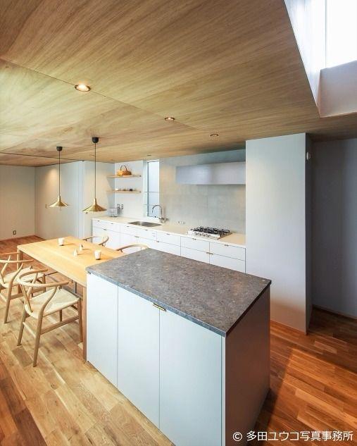 ウッドの天井がダイニングルームに温かみをもたらせます 黒川の家