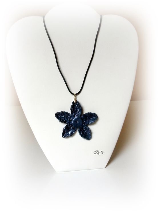 Pe26 (2013) Pendentif fleur texturée bleu métal