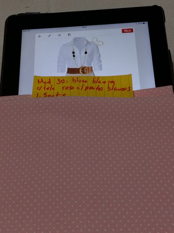 Mod 30: blusa blanca con tela rosa con puntos blancos. 1.5 mts