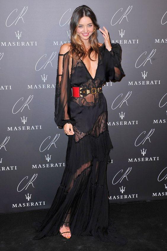 Pin for Later: Ratet mal was der Dresscode bei der größten Party der Pariser Modewoche war Miranda Kerr Miranda - ganz der Profi - verfeinerte ihren Look durch einen Gürtel in verschiedenen Materialien.