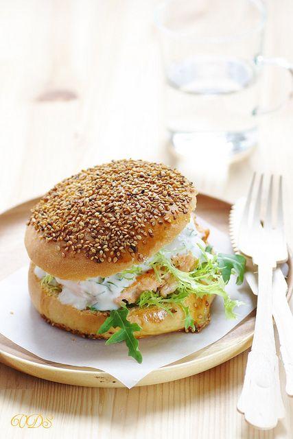 Un dejeuner de soleil: Hamburger de saumon, sauce yaourt à l'aneth
